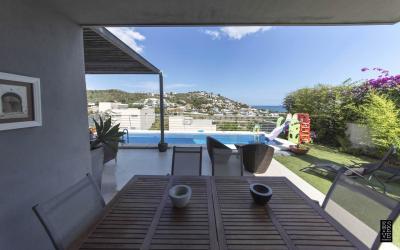 Porche con piscina y vistas de la villa