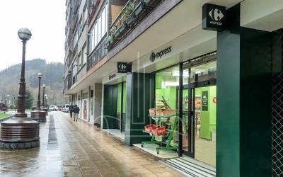 Fachada de acceso al supermercado en Lasarte Oria