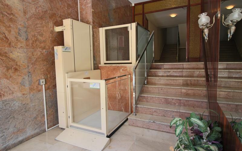 Portal con elevador salva escaleras