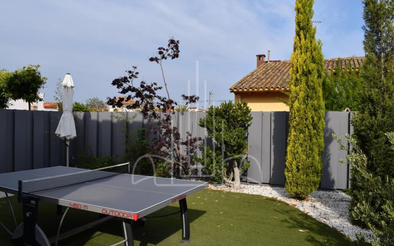 Jardín y ping pong