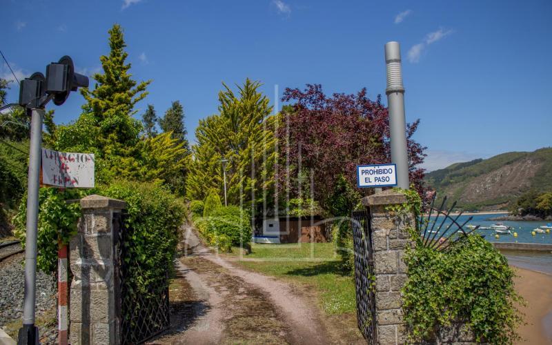 Puerta de acceso a la propiedad