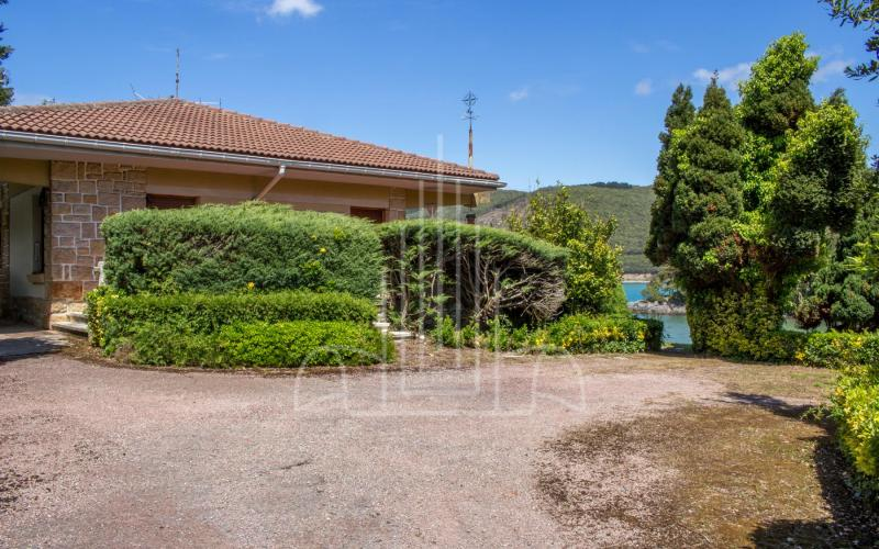 Vista a la casa desde el lateral