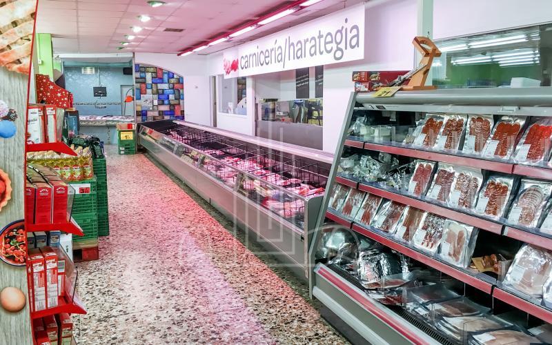 Pasillos y cámaras frigoríficos del supermercado en Lasarte Oria