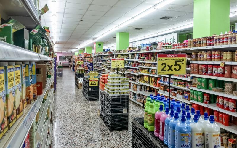 Pasillos del local comercial en venta subasta en Lasarte Oria