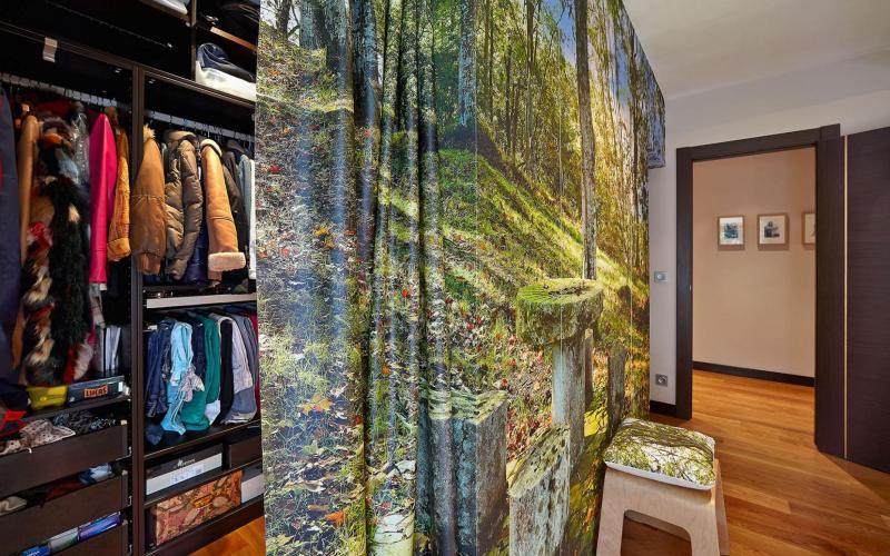Vestidor en habitación de dormitorio principal en Casa de piedra del Siglo XVII en Otañes Cantabria