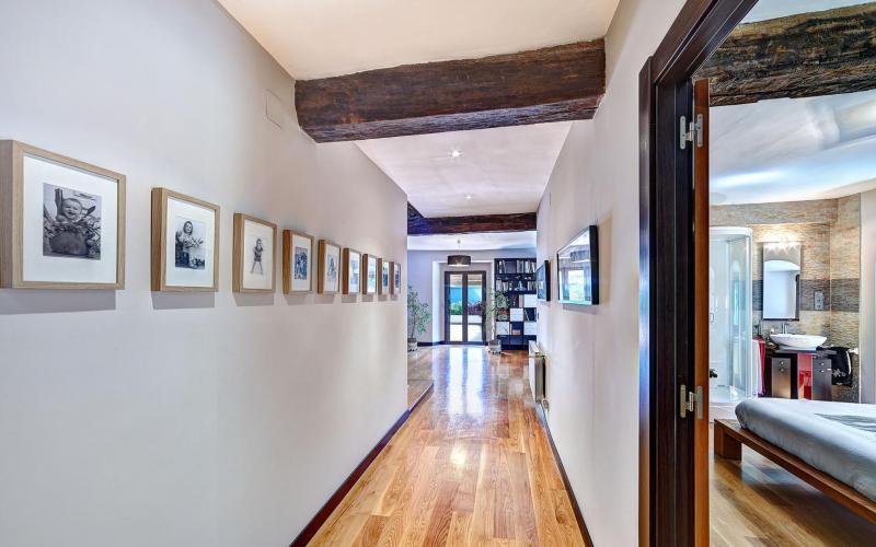 Amplios pasillo de 1 metro y medio en Casa de piedra del Siglo XVII en Otañes Cantabria