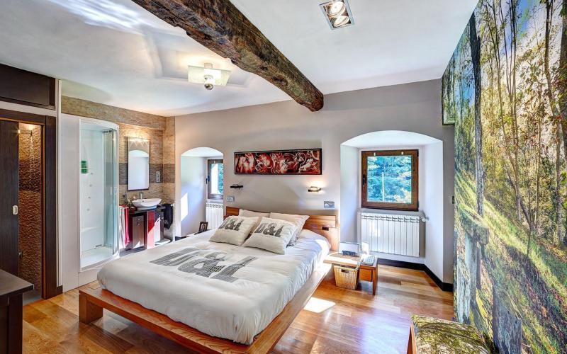 Habitación principal con aseo, cabina de hidromasaje y vestidor en Casa de piedra del Siglo XVII en Otañes Cantabria