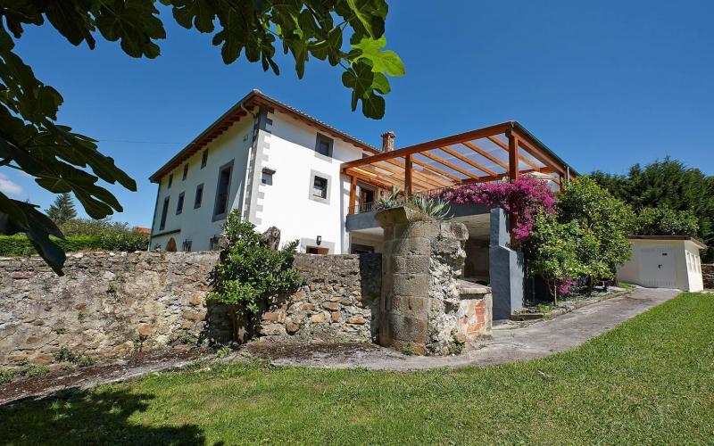 Fachada lateral de Casa de piedra del Siglo XVII y terreno urbano