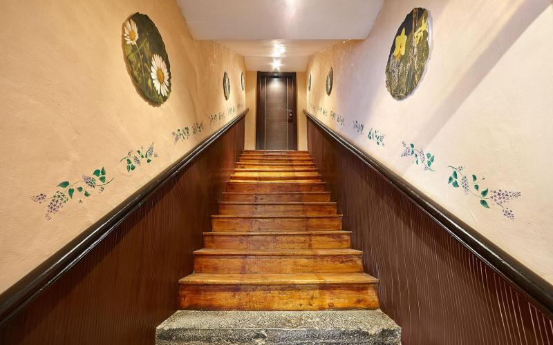 Escaleras de acceso a planta principal en Casa de piedra del Siglo XVII en Otañes Cantabria