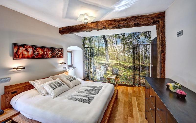 Dormitorio principal con vestidor en Casa de piedra del Siglo XVII en Otañes Cantabria