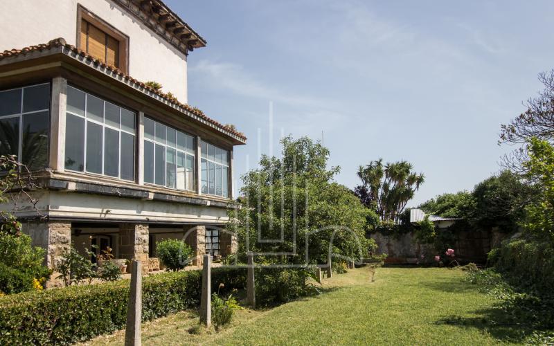 Jardín y fachada lateral del chalet de Castro Urdiales Canatabria