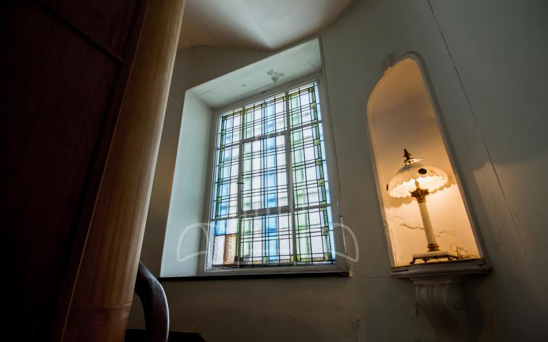 Escaleras con vidrieras y hornacina del chalet