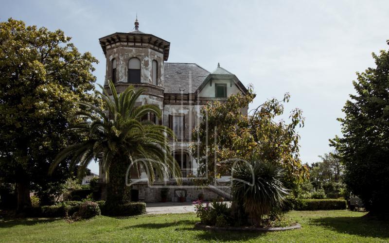 Fachada principal del chalet emblemático de Castro Urdiales Cantabri