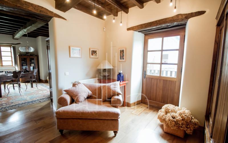 Sala de estar con acceso a la terraza y hórreo