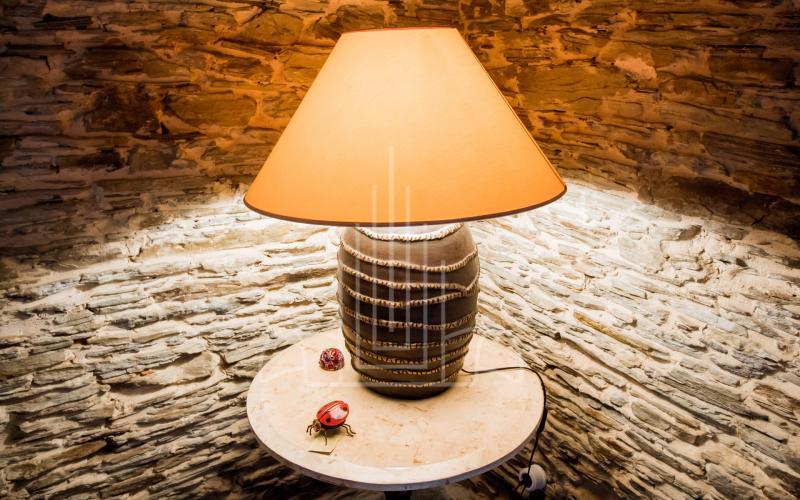 Lámpara y detalles del salón del fuego