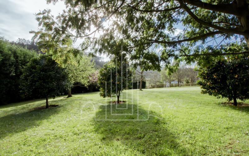 Amplio jardín soleado en hotel rural en Ribadeo