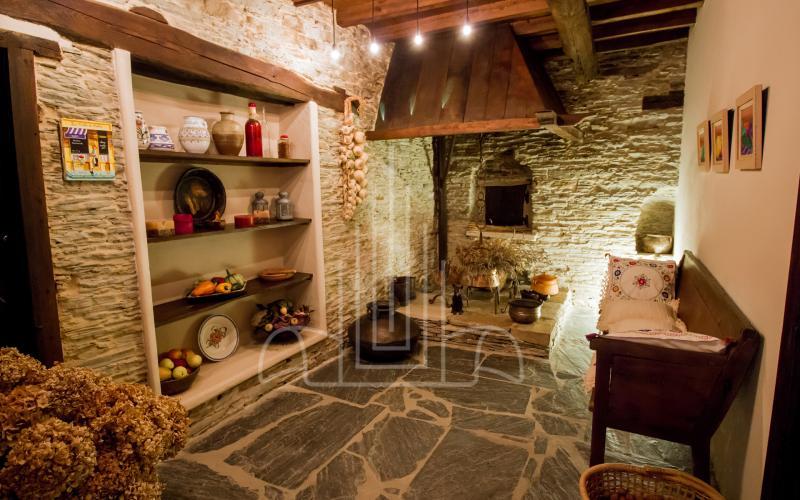 Lareira o cocina con el horno original de la casa