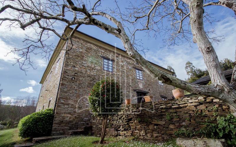 Casa de indiano y árboles en Vilela, Ribadeo Galicia