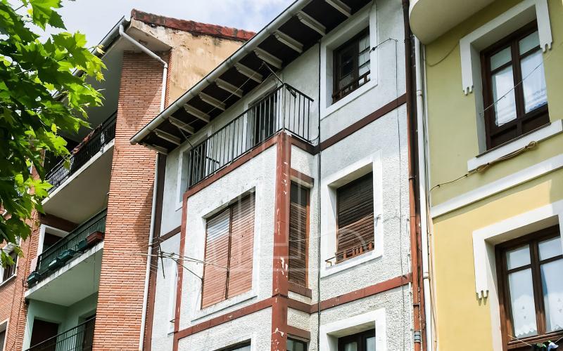 Fachada calle Iturribide edificio de viviendas para rehabilitar en Mungia