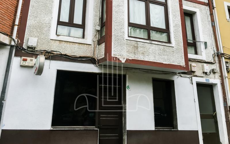 Fachada del local comercial en la calle Iturribide del edificio de viviendas para rehabilitar en Mungia