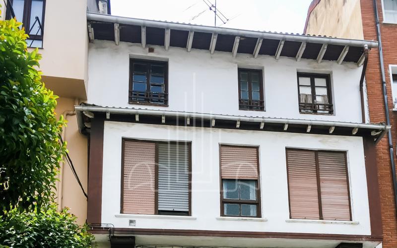 Fachada calle Errementeri edificio de viviendas para rehabilitar en Mungia