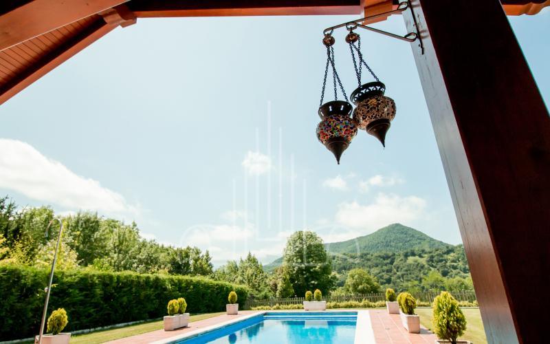 Detalle en jardín y piscina en vivienda unifamiliar en el Valle de Ayala, Menagarai