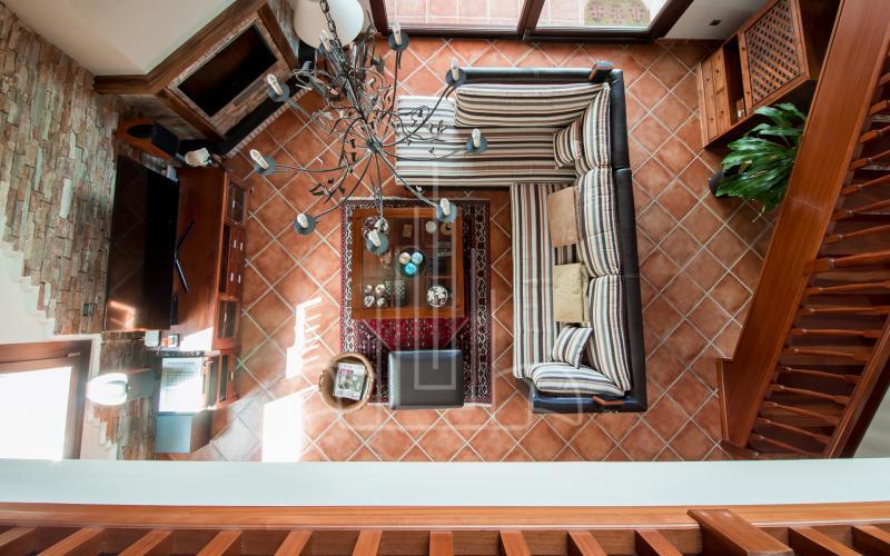 Vista desde la biblioteca al salón en vivienda unifamiliar en el Valle de Ayala, Menagarai
