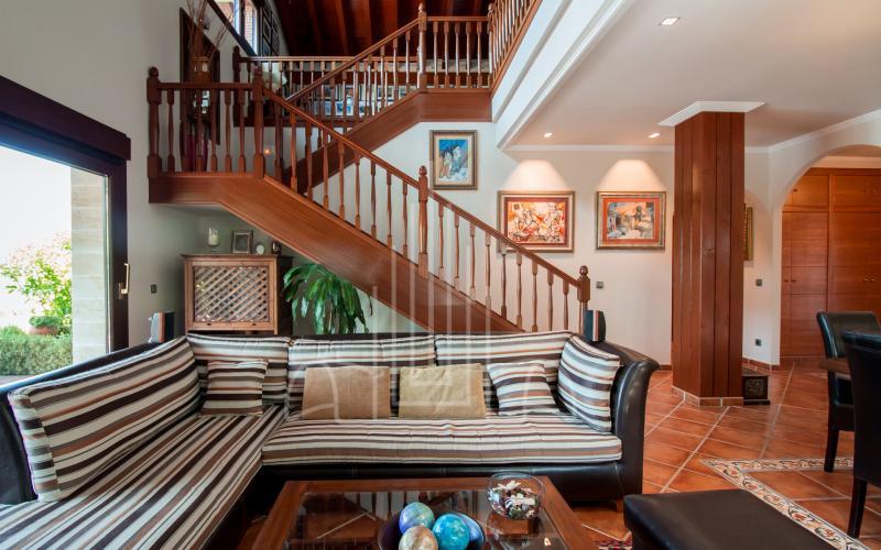 Salón con escalera de madera en vivienda unifamiliar en el Valle de Ayala, Menagarai