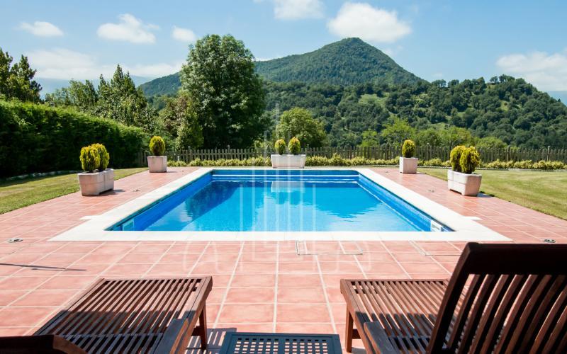 Piscina y relax con vistas a la Sierra Salvada en vivienda unifamiliar en el Valle de Ayala, Menagarai