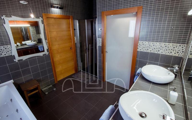 Lavabo de doble seno en baño en vivienda unifamiliar en el Valle de Ayala, Menagarai
