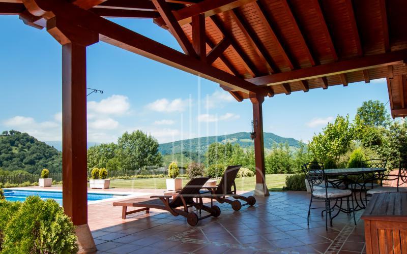 Porche cubierto con acceso a la piscina en vivienda unifamiliar en el Valle de Ayala, Menagarai