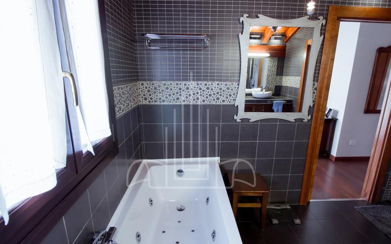 Bañera hidromasaje en baño de vivienda unifamiliar en el Valle de Ayala, Menagarai