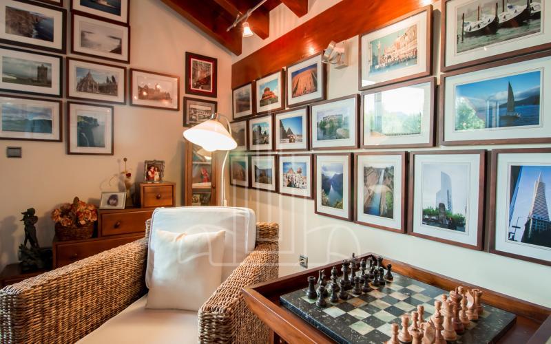 Rincón de la sala de lectura en vivienda unifamiliar en el Valle de Ayala, Menagarai