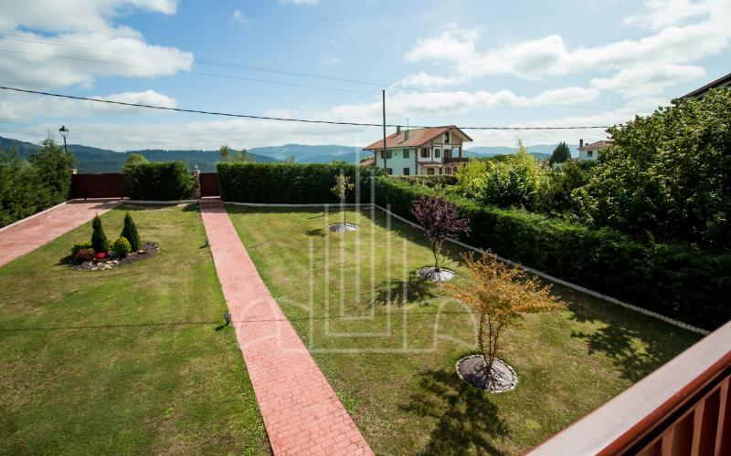 Terraza en habitación principal y vistas al jardín en vivienda unifamiliar en el Valle de Ayala, Menagarai