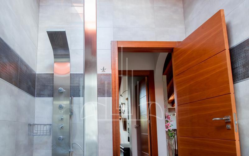 Baño con ducha de hidromasaje en vivienda unifamiliar en el Valle de Ayala, Menagarai
