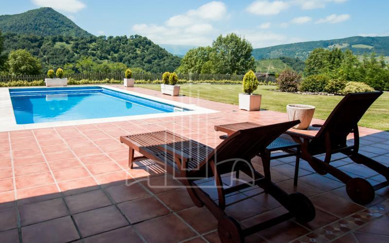 Hamacas y piscina en vivienda unifamiliar en el Valle de Ayala, Menagarai