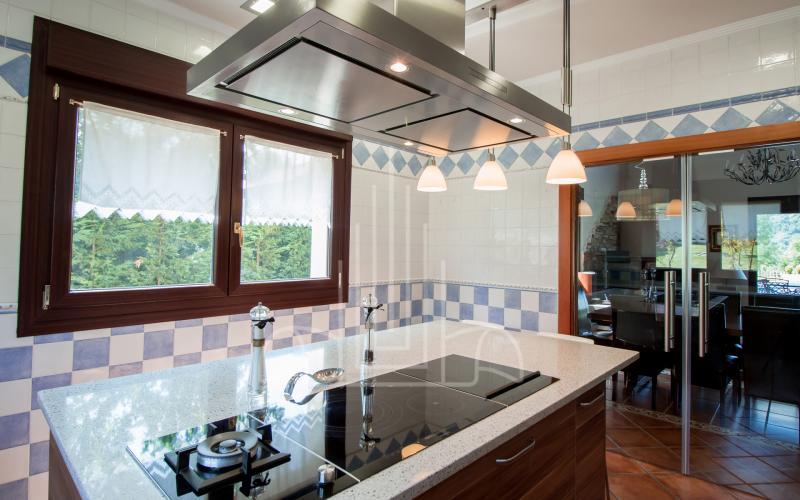 Cocina con electrodomésticos de alta gama en vivienda unifamiliar en el Valle de Ayala, Menagarai