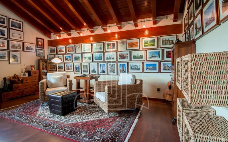 Sala de lectura en vivienda unifamiliar en el Valle de Ayala, Menagarai