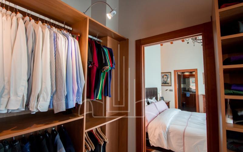 Vestidor de la habitación principal en vivienda unifamiliar en el Valle de Ayala, Menagarai