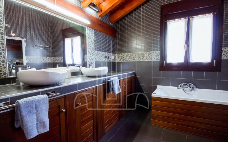 Baño con bañera hidromasaje en habitación principal en vivienda unifamiliar en el Valle de Ayala, Menagarai