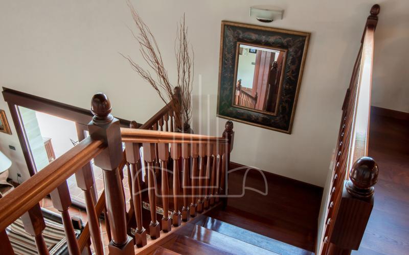 Escalera de madera en vivienda unifamiliar en el Valle de Ayala, Menagarai