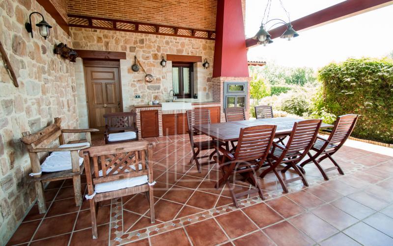 Porche cubierto con barbacoa y horno en vivienda unifamiliar en el Valle de Ayala, Menagarai