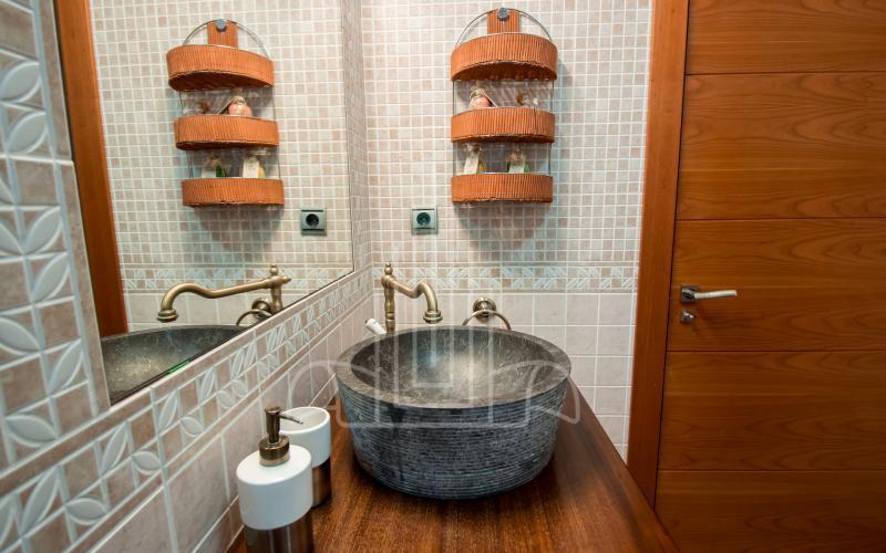 Baño en planta baja en vivienda unifamiliar en el Valle de Ayala, Menagarai