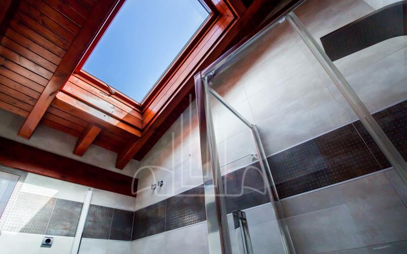 Velux sobre ducha de hidromasaje del baño en vivienda unifamiliar en el Valle de Ayala, Menagarai