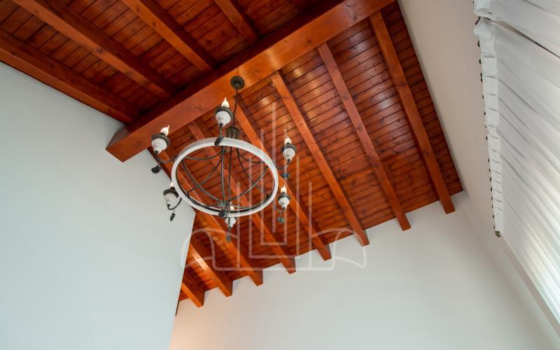 Techos altos en habitación principal en vivienda unifamiliar en el Valle de Ayala, Menagarai