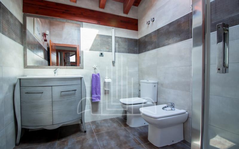 Baño con ducha hidromasaje de habitación en vivienda unifamiliar en el Valle de Ayala, Menagarai