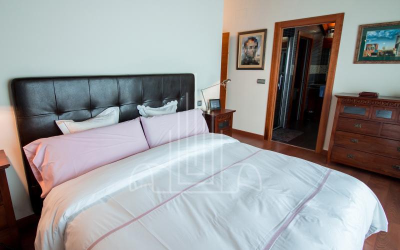 Habitación principal con baño en suite y vestidor en vivienda unifamiliar en el Valle de Ayala, Menagarai