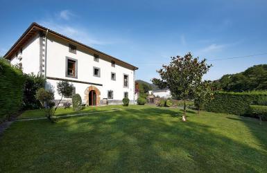 Fachada frontal y jardín de Casa de piedra del Siglo XVII